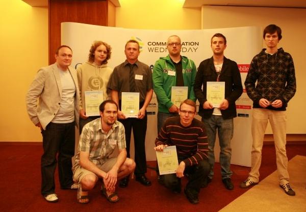Společná fotografie vítězů ankety Mobilní aplikace roku 2011 (autor: Internet Info)