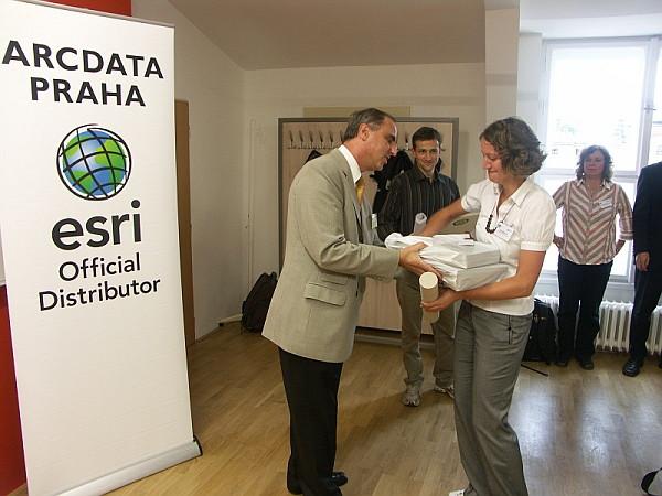 Hana Michlová z Univerzity Palackého v Olomouci přebírá ocenění za 1. místo v sekci seminárních a bakalářských prací
