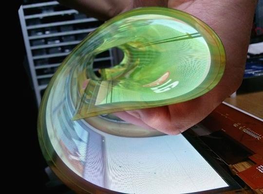 Displej má na zadní straně namísto tvrdého plastu ohebný polymer.