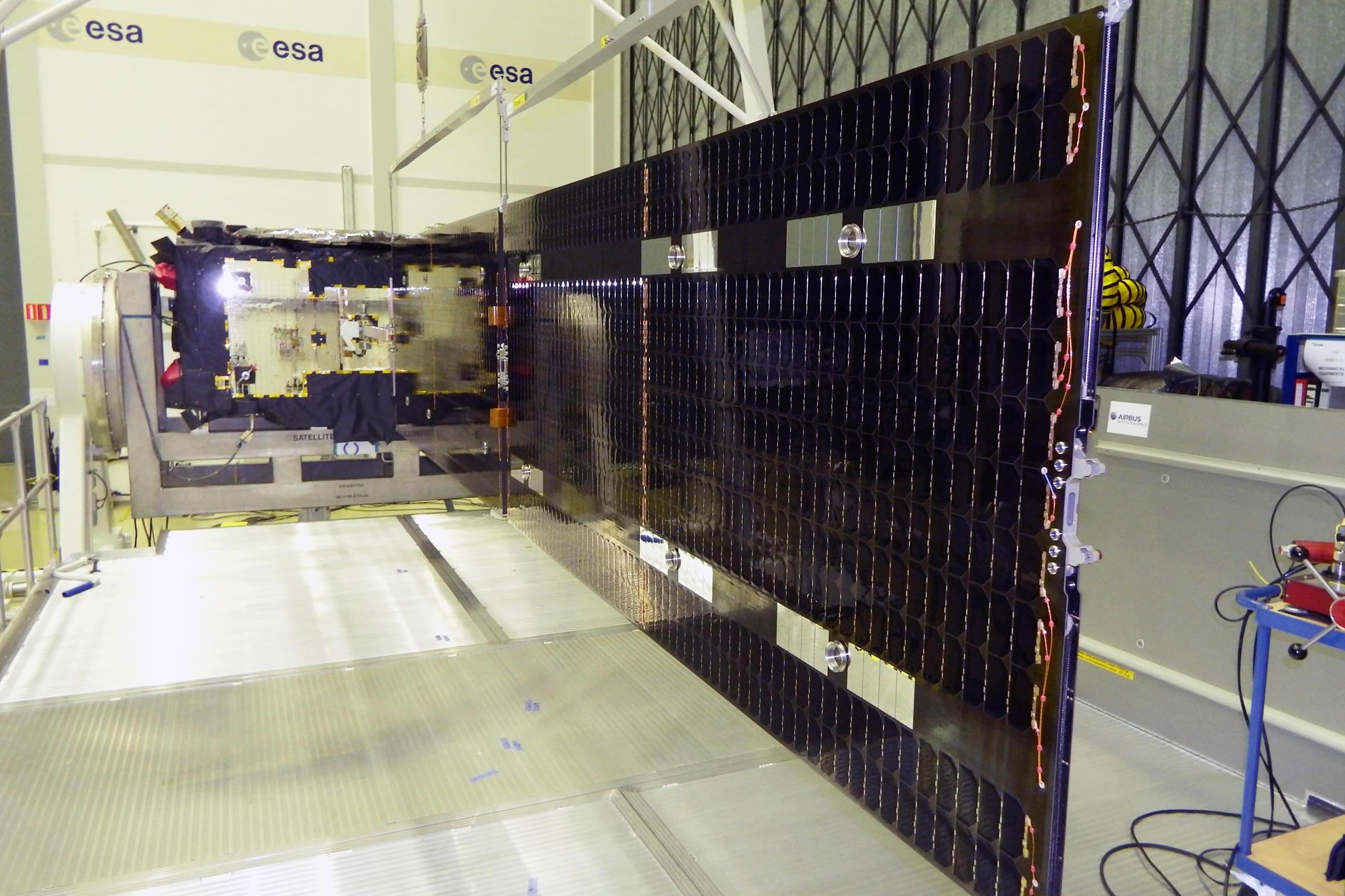 Pětimetrové solární křídlo družice Galileo / foto S. Bury, ESA/OHB