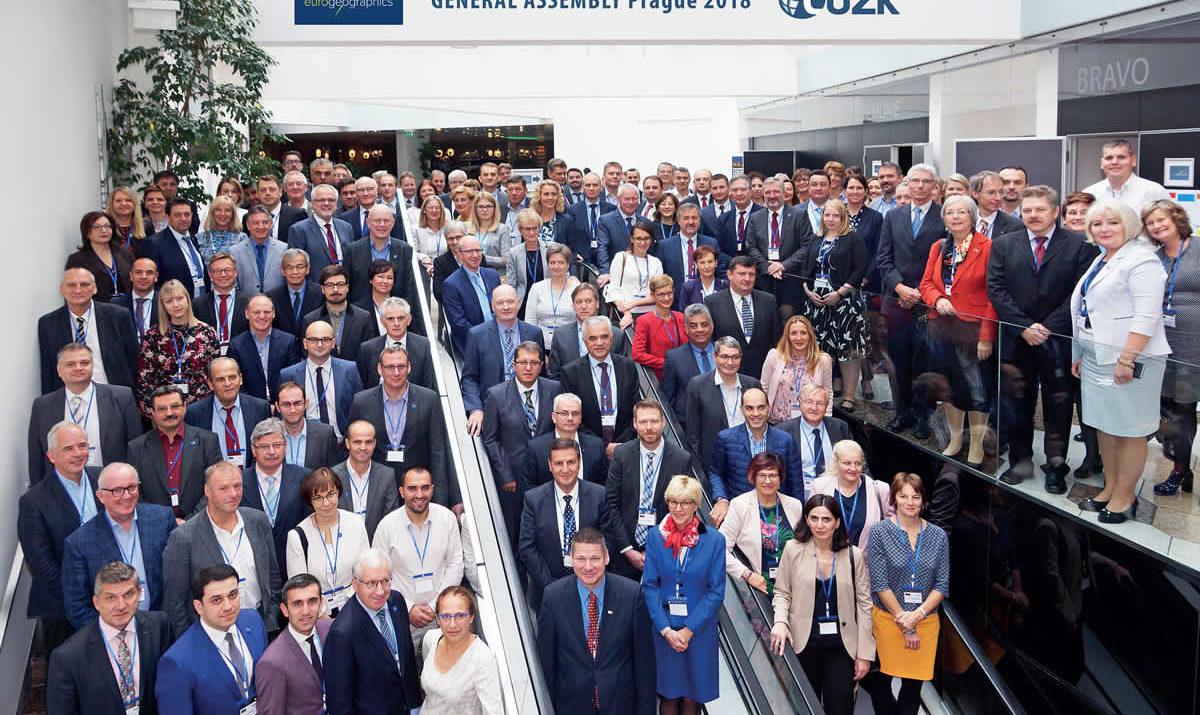 společné foto valného shromáždění EuroGeographics v Praze 2018 / foto archiv EuroGeographics
