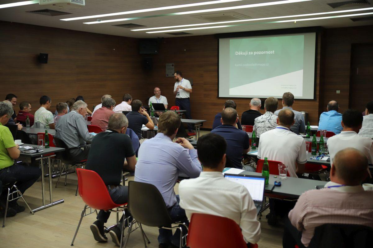 Kamil Svoboda s Pavlem Trhoněm končí přednášku o dopravních aplikacích pro veřejnost - Virtuální zastávce, Tarifním kalkulátoru či Tarifní mapě