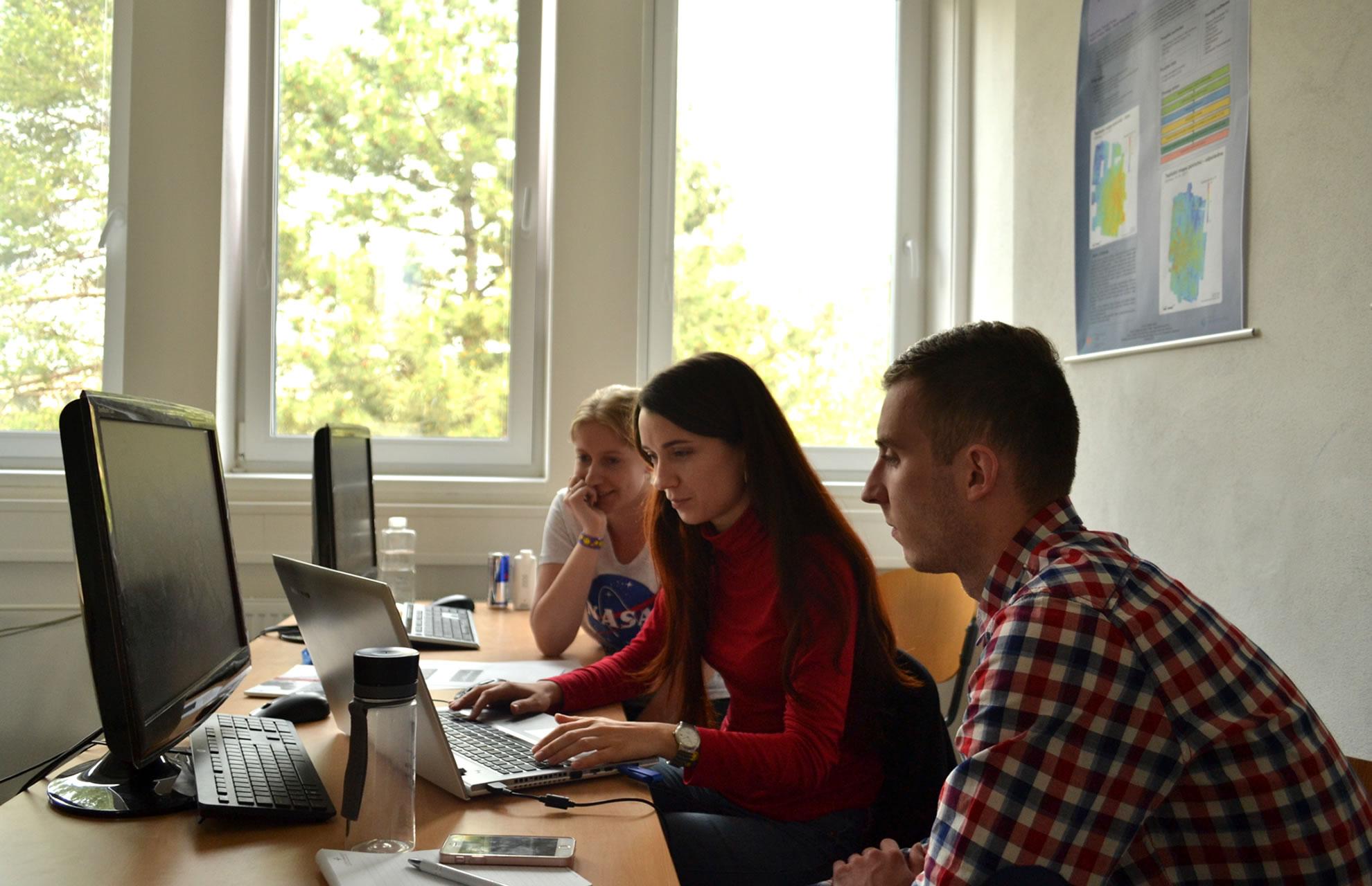 Tým Dříči (zleva Lenka Trnová, Kateřina Blažková, Pavel Vyvlečka) / foto Tomáš Pour, katedra geoinformatiky UPOL