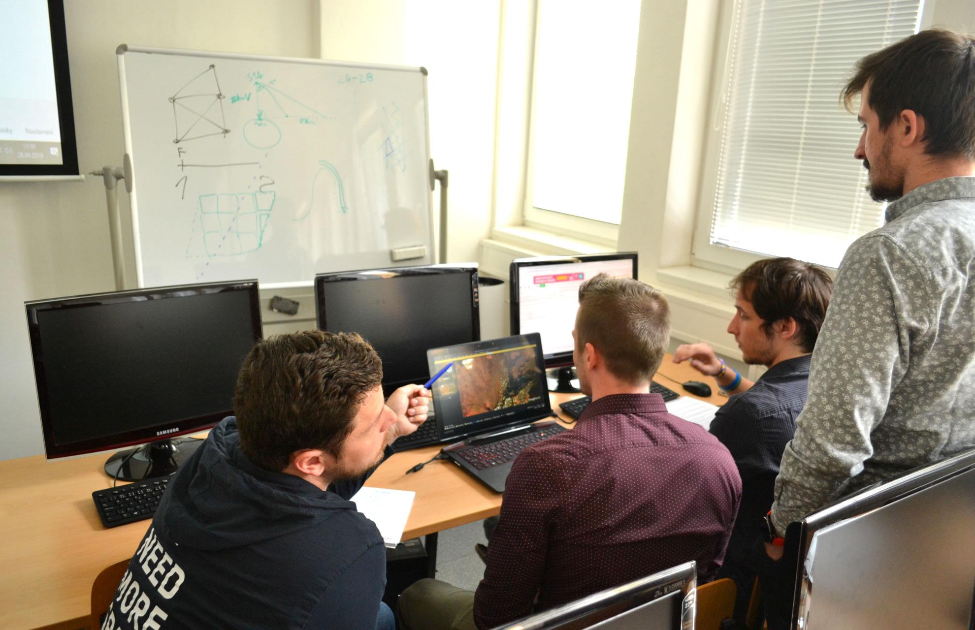 Mentor Petr Kapoun (vlevo) a tým Ruopot (zleva David Kolář, Martin Porteš, Martin Sadílek) / foto Tomáš Pour, katedra geoinformatiky UPOL